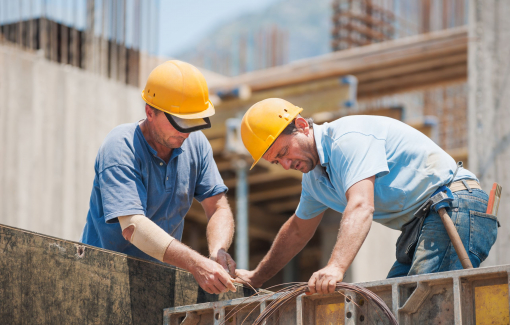 Építőmunkások dolgoznak az építkezésen.