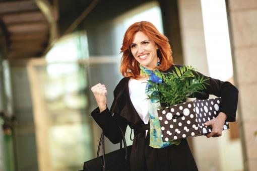 Egy nő éppen felmondott és nagyon boldog. Éppen elhagyja az irodát, és egy dobozban viszi a holmiját.