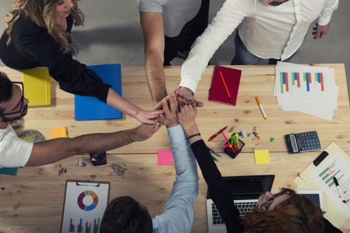 A kollégák csapatmunkában dolgoznak, ötletelnek.