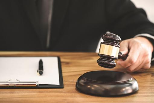A bíró a kalapáccsal üt: megszületett az ítélet.