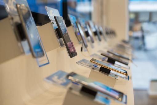 Okostelefonok vannak kiállítva egy boltban.