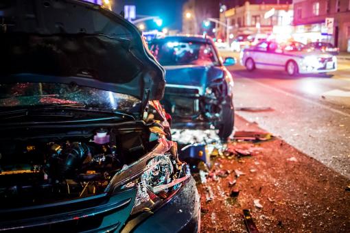 Autóbaleset történt a városban. Két sérült autót és rendőrautót láthatunk.