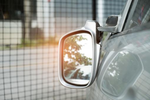 A képen egy autó visszapillantó tükrét látjuk letörve.
