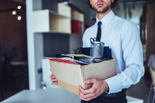 Egy fiatal férfit elbocsátottak a munkahelyéről. Egy dobozba pakolta a személyes dolgait.