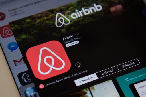 Egy internetes felületen az Airbnb internetes felületét láthatjuk.
