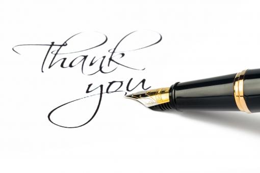 Egy tollal egy papírra azt írták, hogy Thank you.