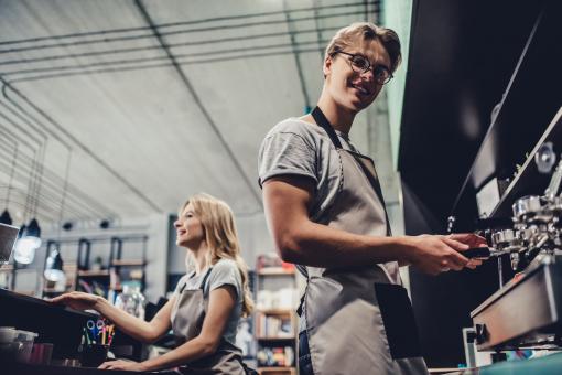 Két fiatal diák dolgozik a kávézóban: egy fiú és egy lány.