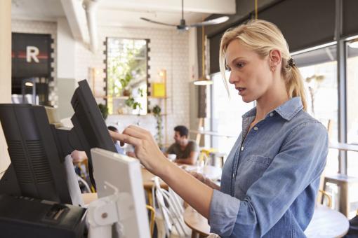Egy pincérnő éppen a rendeléseket kezeli a számítógépen.
