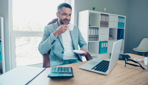 üzletember kávézik, és videóhívást folytat laptopon