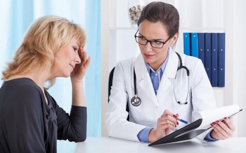 Egy női páciens az orvossal beszél.