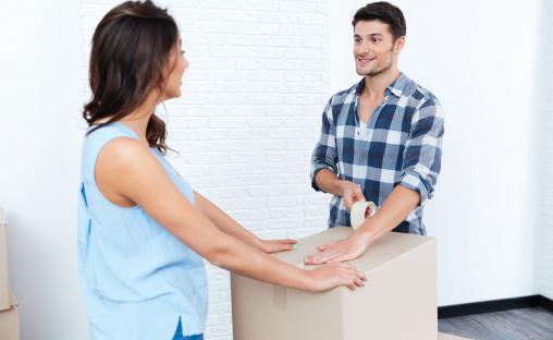 Egy fiatal nő és egy fiatal férfi éppen költözik.