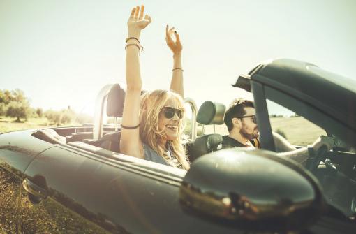 Egy fiatal pár autóval utazik.