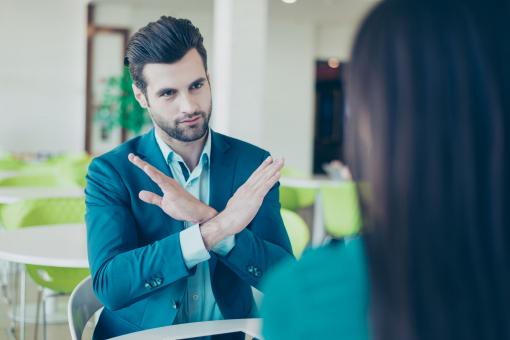 Üzletember visszautasító kézmozdulatot tesz