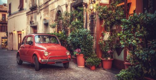 Öreg-vintage-autó-parkol-egy-olaszországi-étterem-előtt