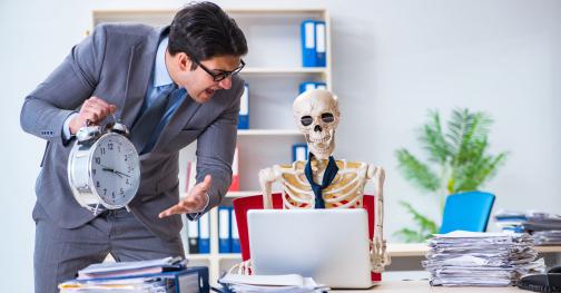 főnük üvölt a munkavállalóval aki már csontváz lett
