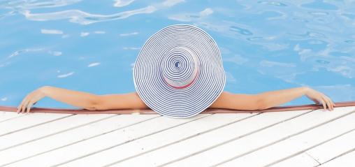 nő fekszik a medencében