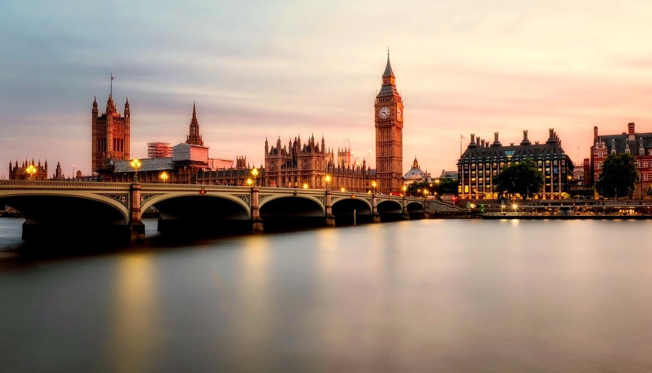 Anglia látkép ikonikus épületekkel.