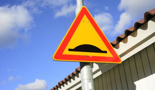 baleset, biztonság, közlekedés, fekvőrendőr, sebesség korlátozás